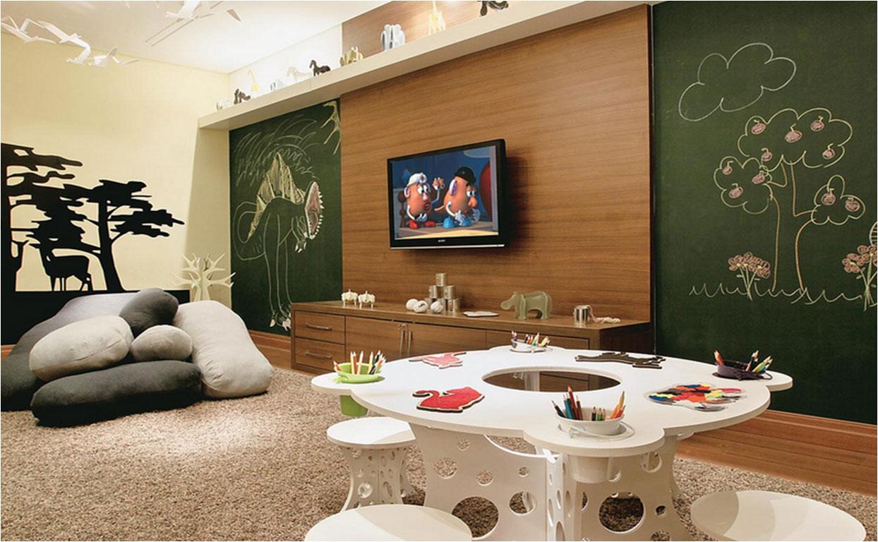Brinquedoteca e sala de TV decorados.