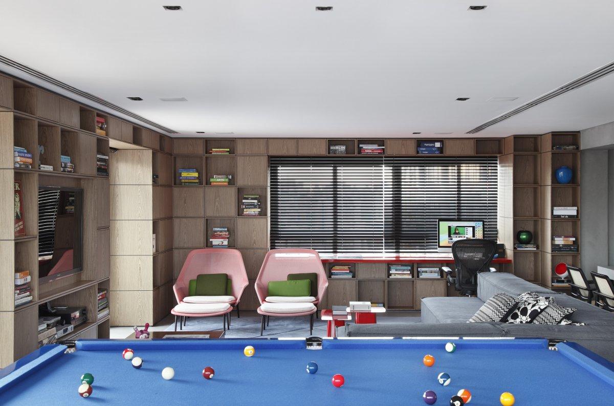 Sala de jogos com sala de TV.