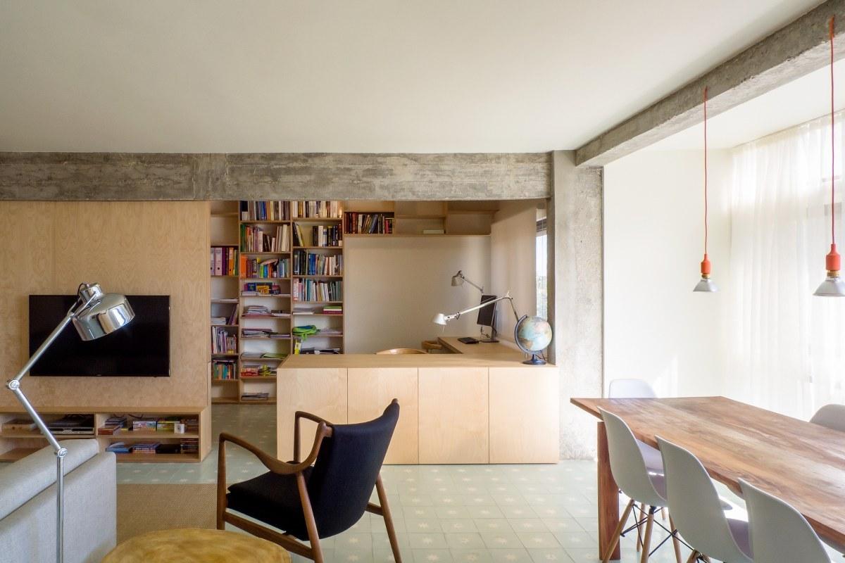 O painel da TV é composto por um sistema que fecha o espaço do Home Office.