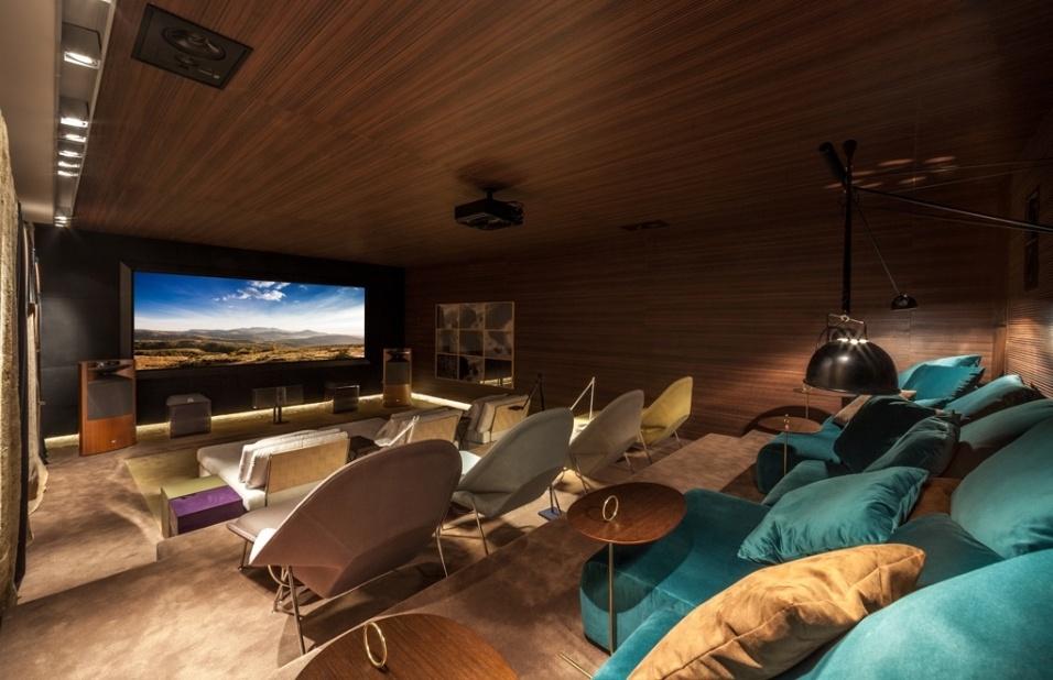 Sala de TV moderna com home theater.