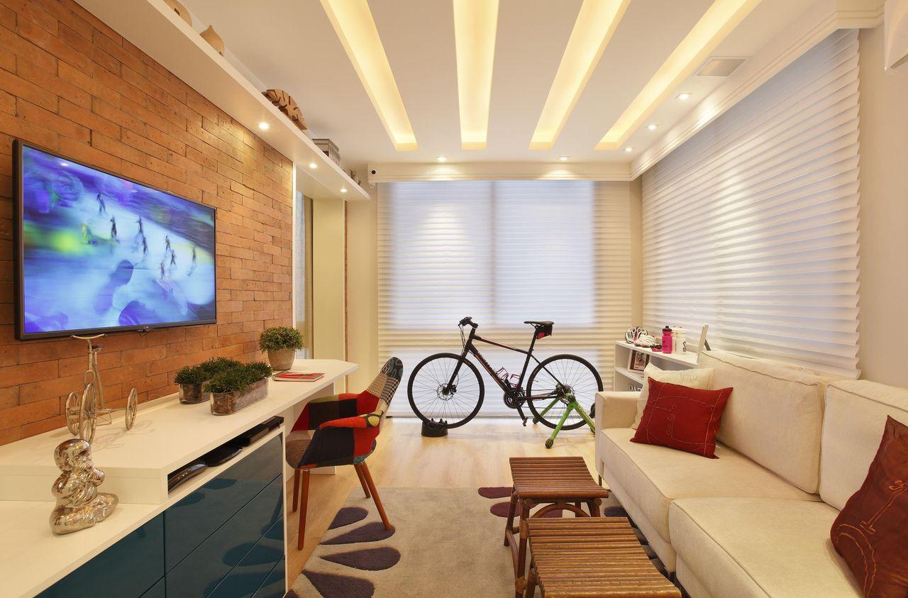 Espaço de TV e Home office em um mesmo ambiente.