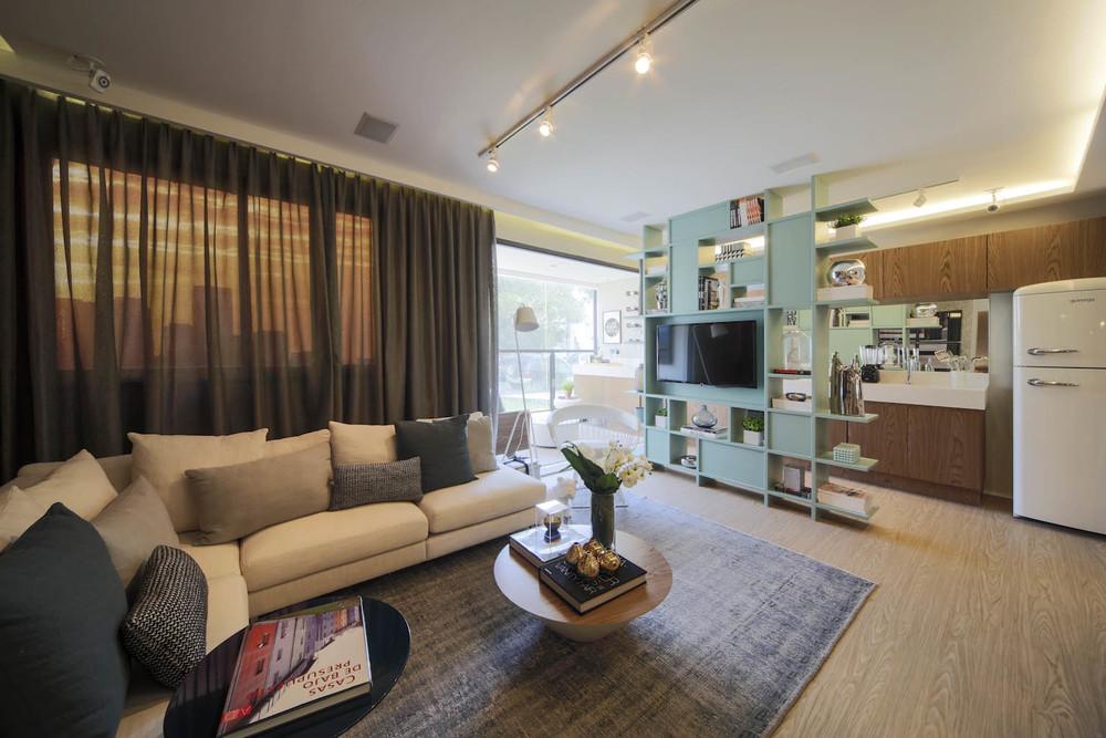 Apartamento com sala de TV moderna.