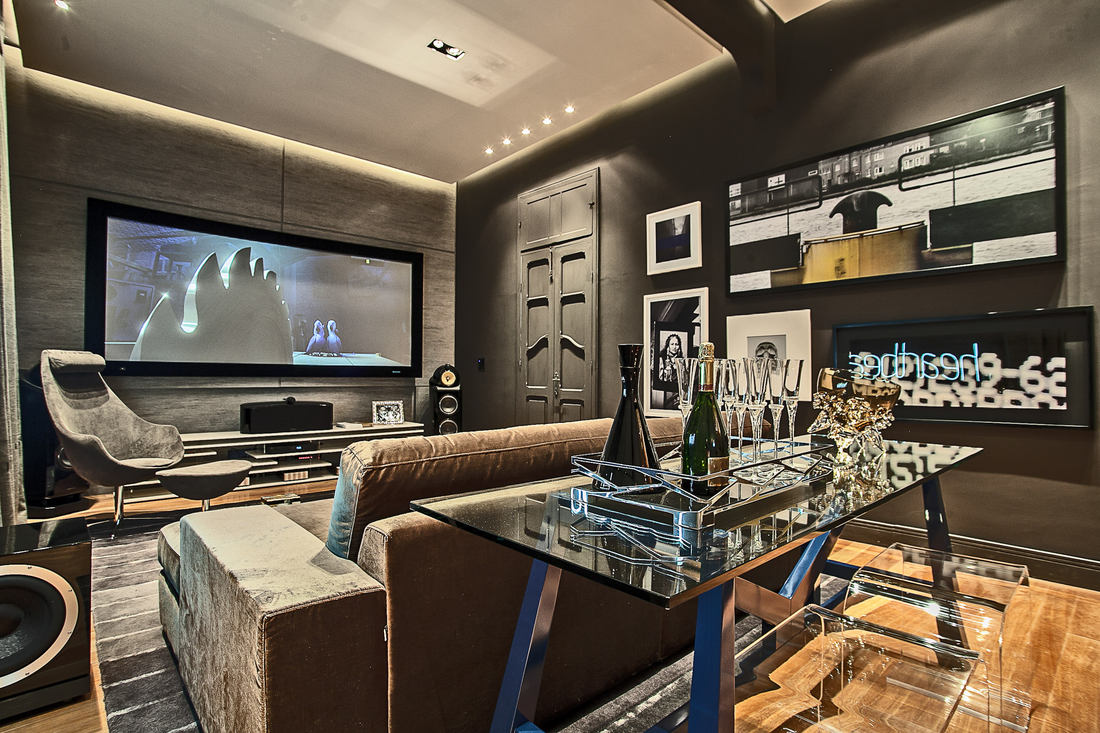 A sala de TV moderna pequena pede um cantinho aconchegante e uma decoração elegante.