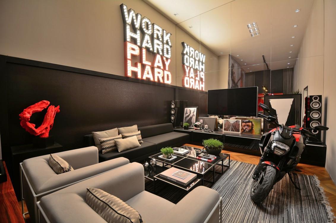 Sala de TV moderna com decoração descolada.