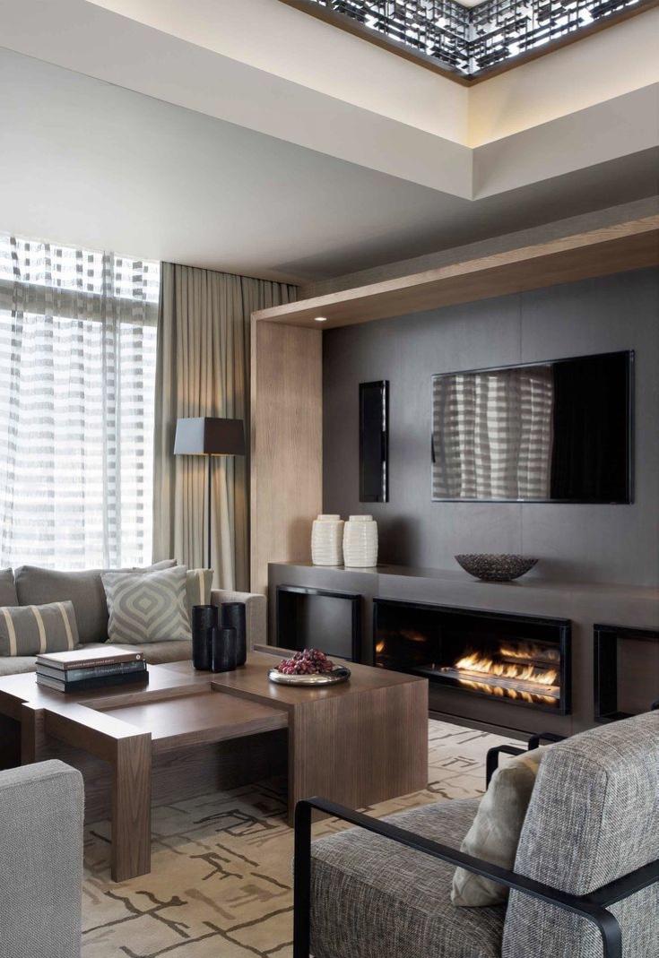 Sala de TV moderna com lareira: faça um detalhe para destacar o painel de TV.