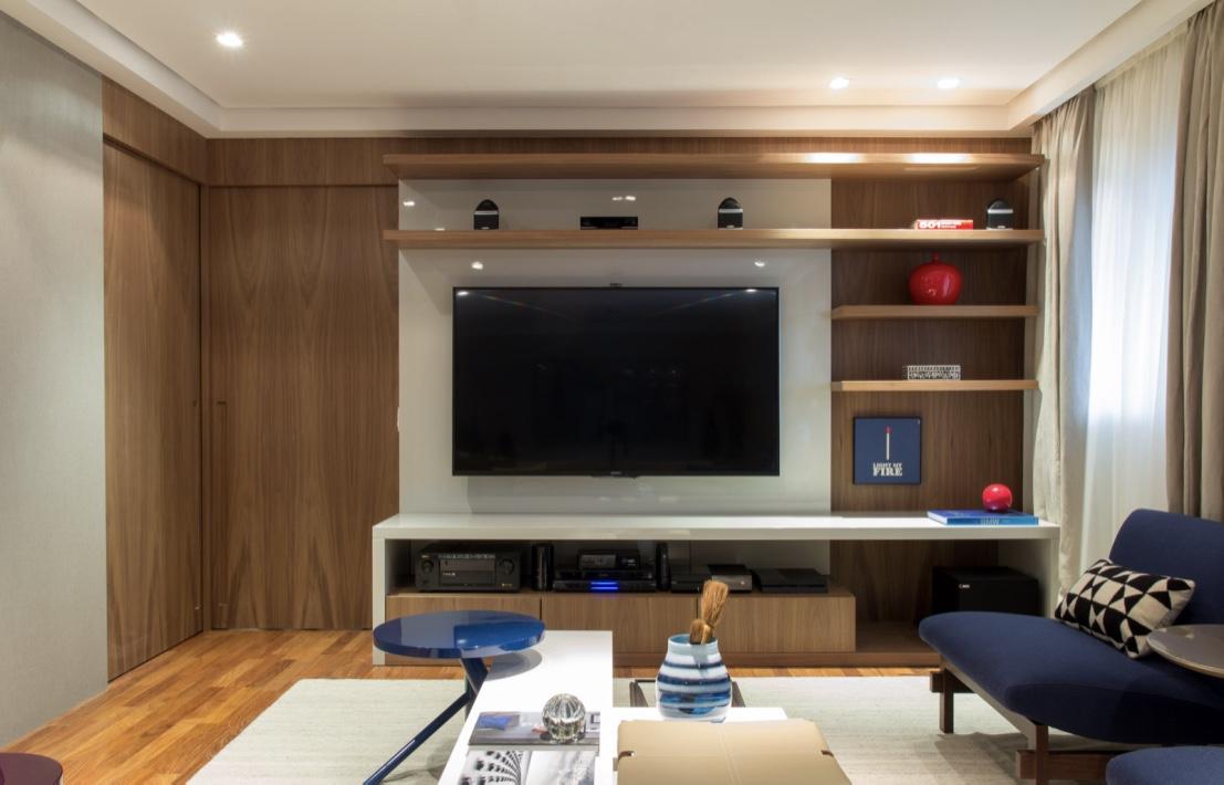 A mesa central ajuda a apoiar os objetos de todos que estão na sala de TV.