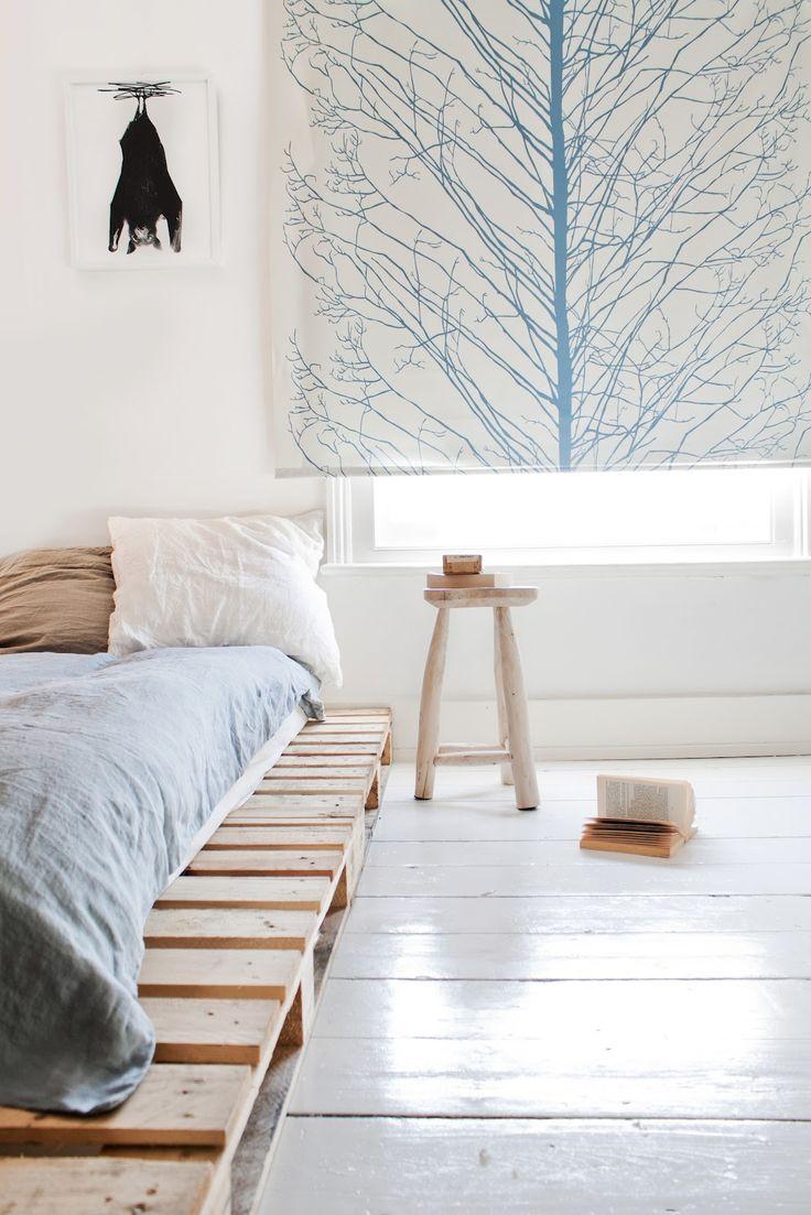 A cor da madeira do pallet natural é perfeita para a decoração minimalista