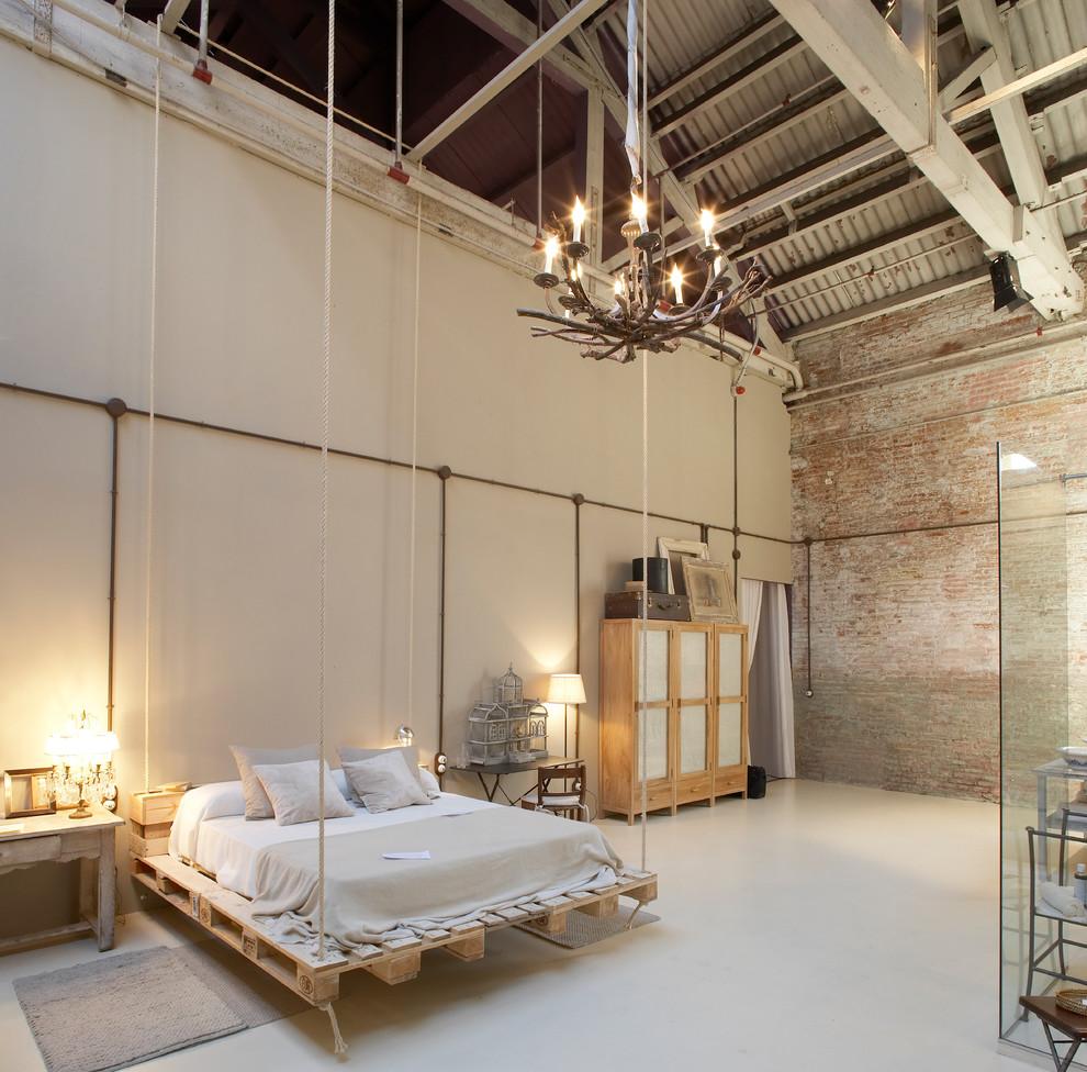 Uma linda opção de cama suspensa de pallet em ambiente com pé-direito alto