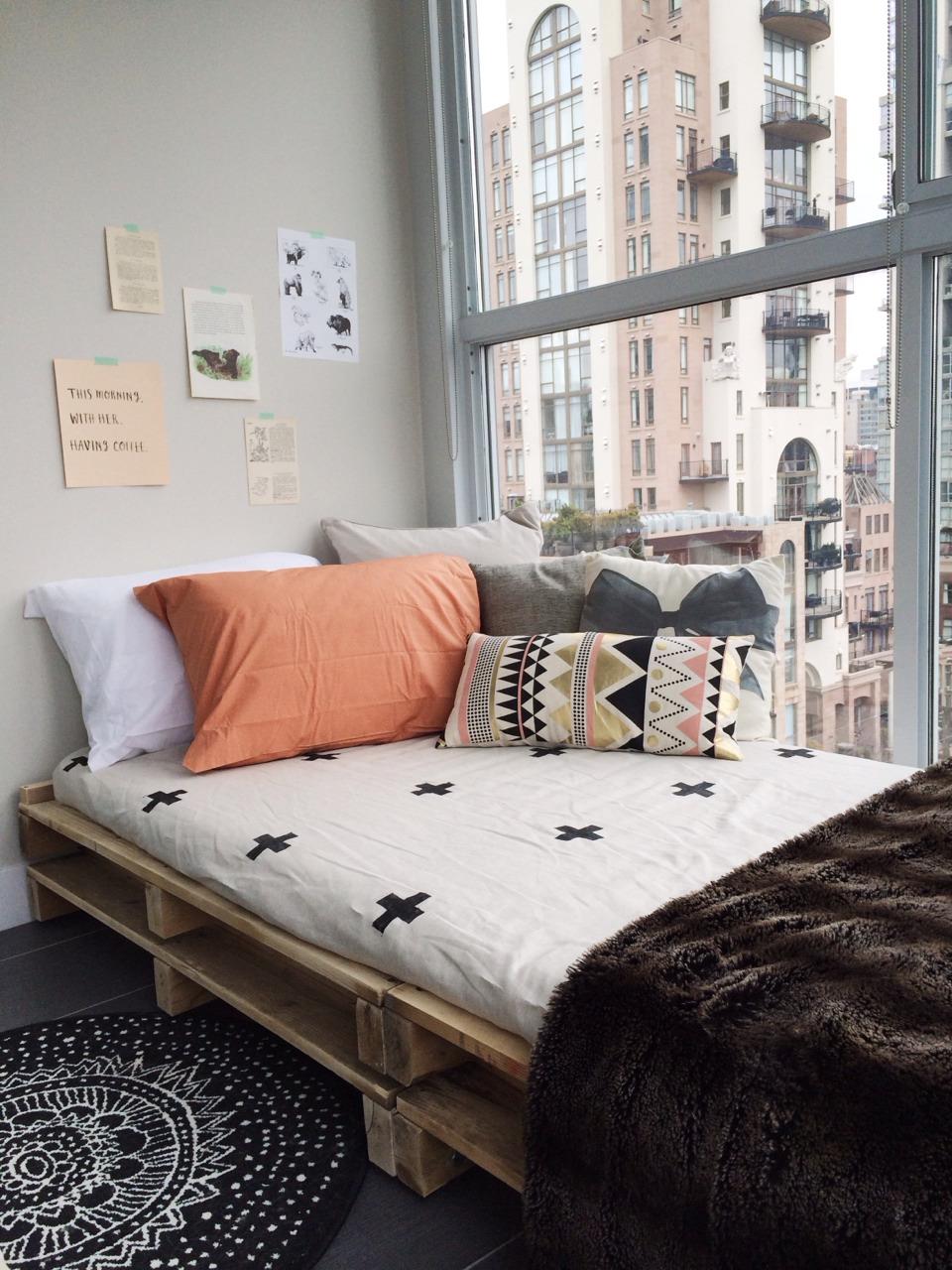 Cama de pallet simples para apartamento do tipo loft ou studio