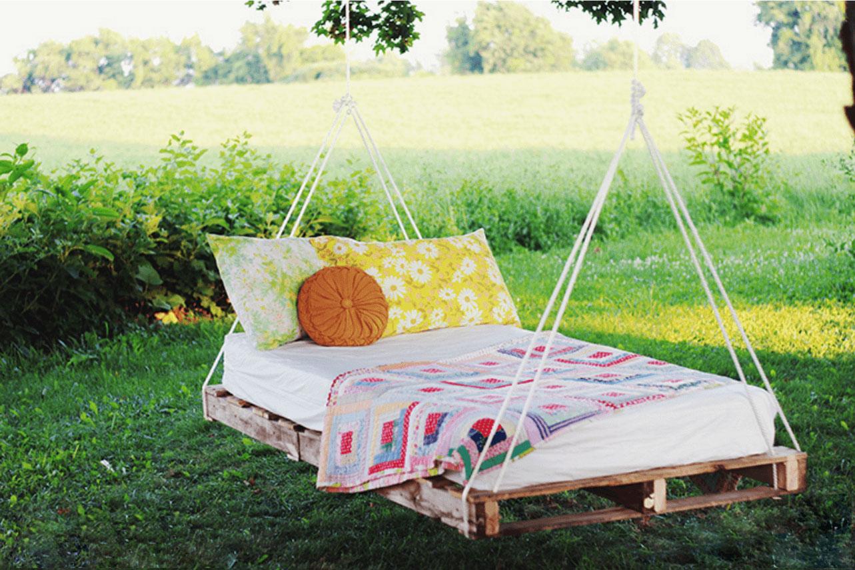 A cama de pallet também pode ser utilizada em ambientes externos