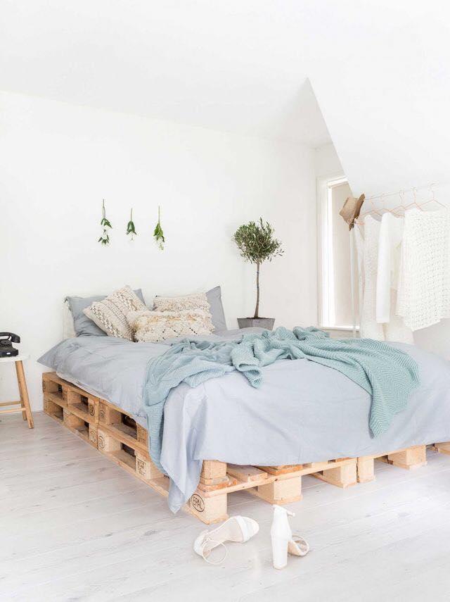 Decoração minimalista com cama de pallet