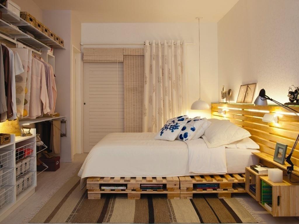 Cama com dois pallets de altura, painel e criado mudo utilizando madeira semelhante