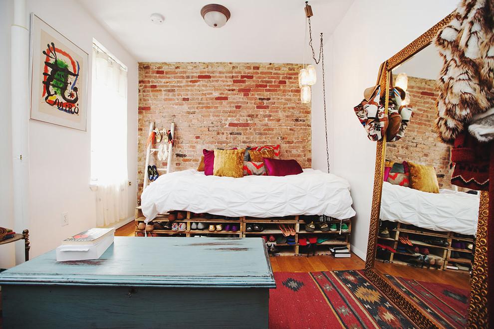 A cama com vários pallets de altura permite um armazenamento de objetos maior