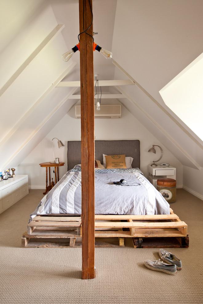 Cama de pallet simples e baixa é perfeita para ambientes como o sótão