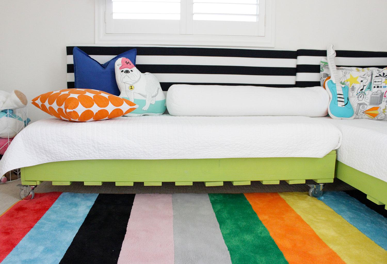 Faça um sofá cama infantil e pinte o material com uma cor vibrante