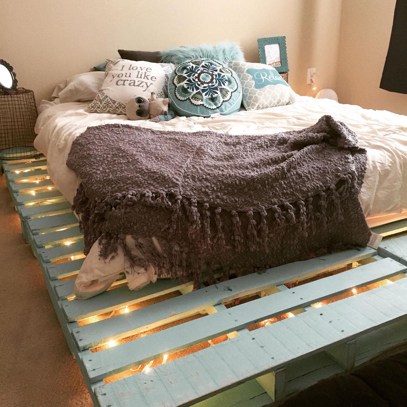 Combine a roupa de cama, almofadas e outros itens com a cor que você escolheu para a peça