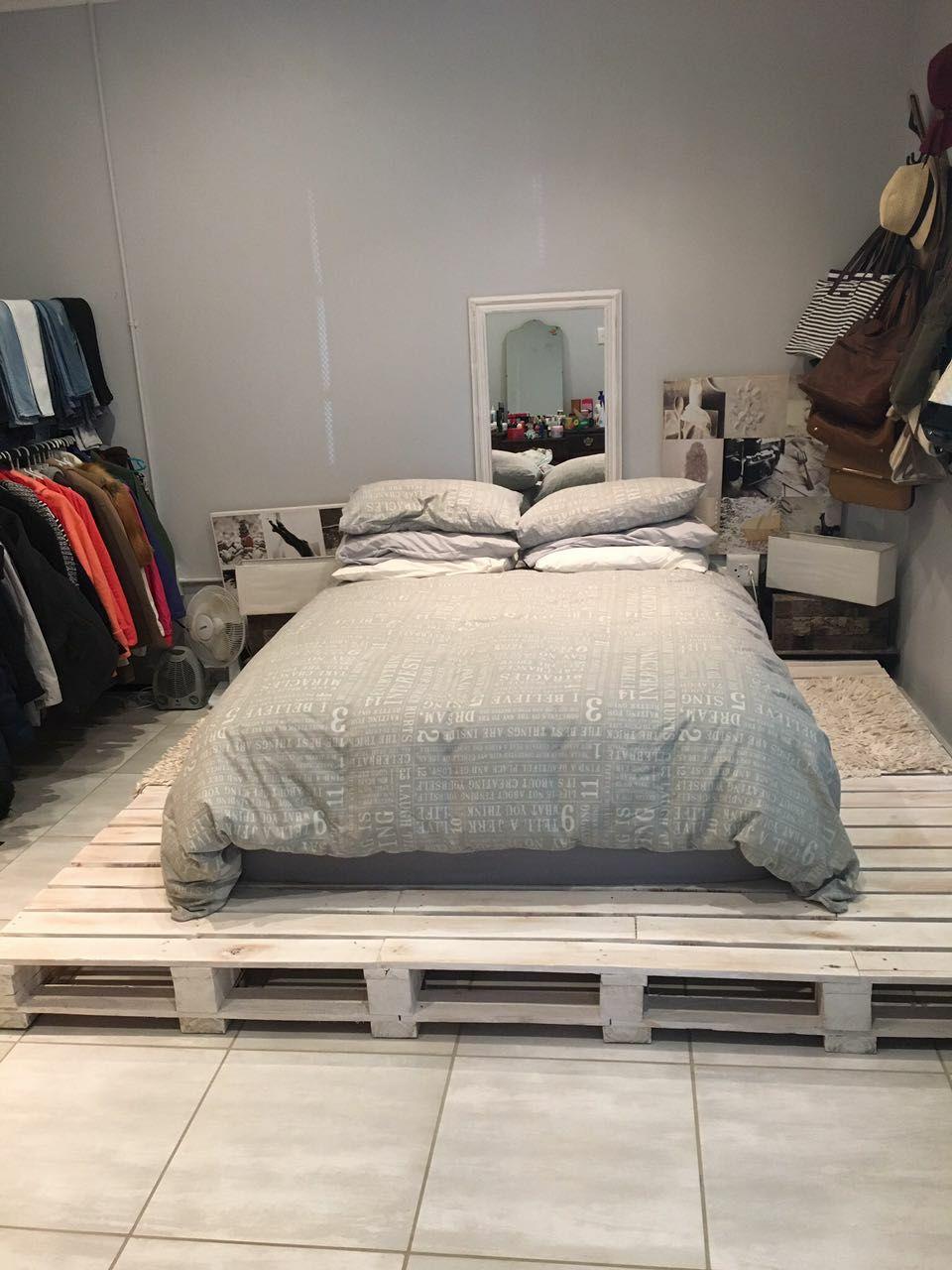 Quarto de casal simples com cama de pallet