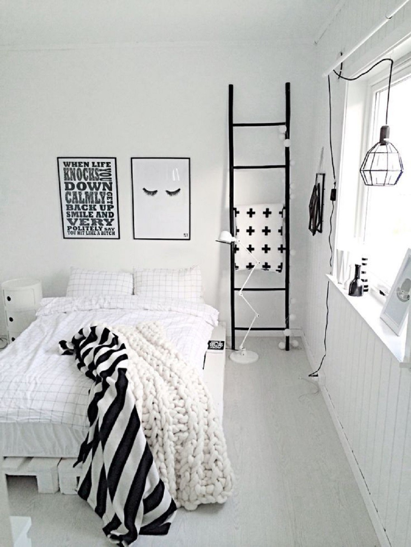 Quarto minimalista com cama de pallet