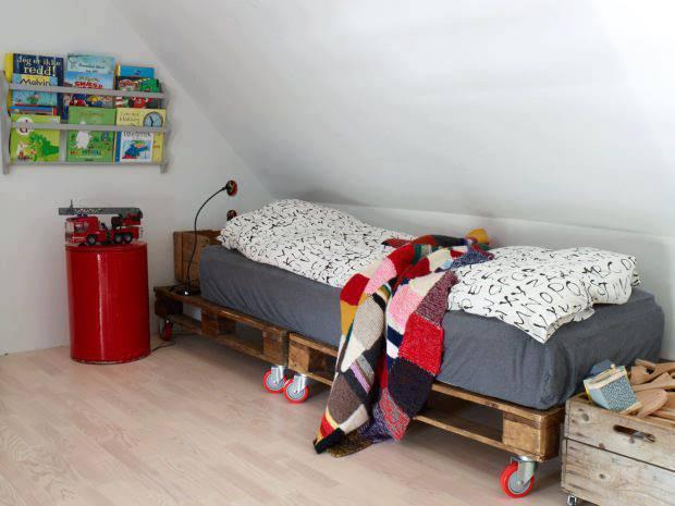 Cama de pallet pequena infantil para sótão