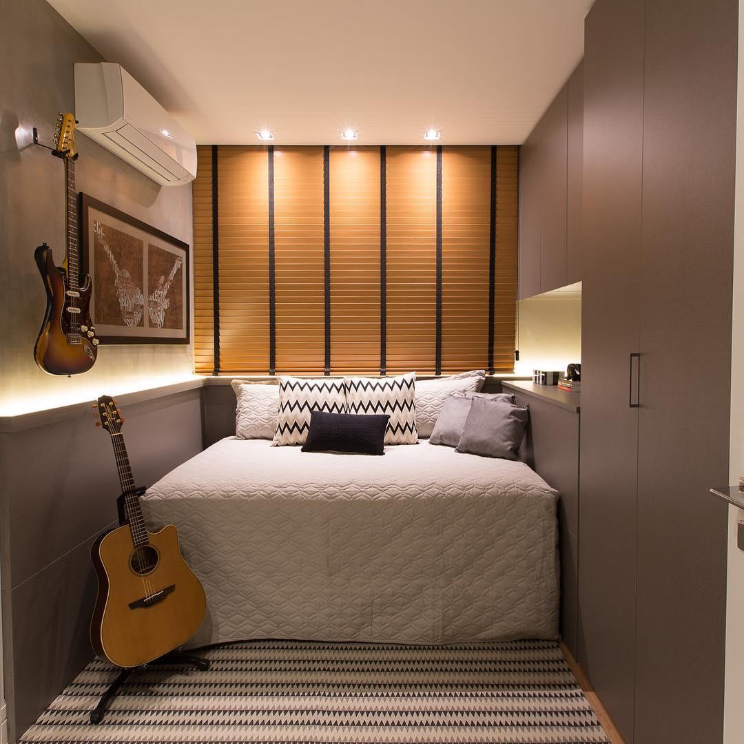 A cor da marcenaria deixa o quarto moderno e atemporal.
