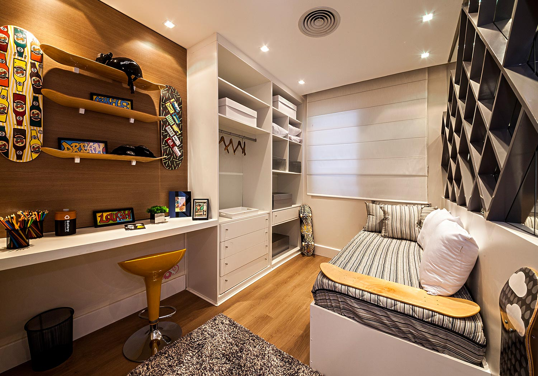 Por ser um cômodo pequeno, aproveite as paredes para inserir prateleiras e estante.