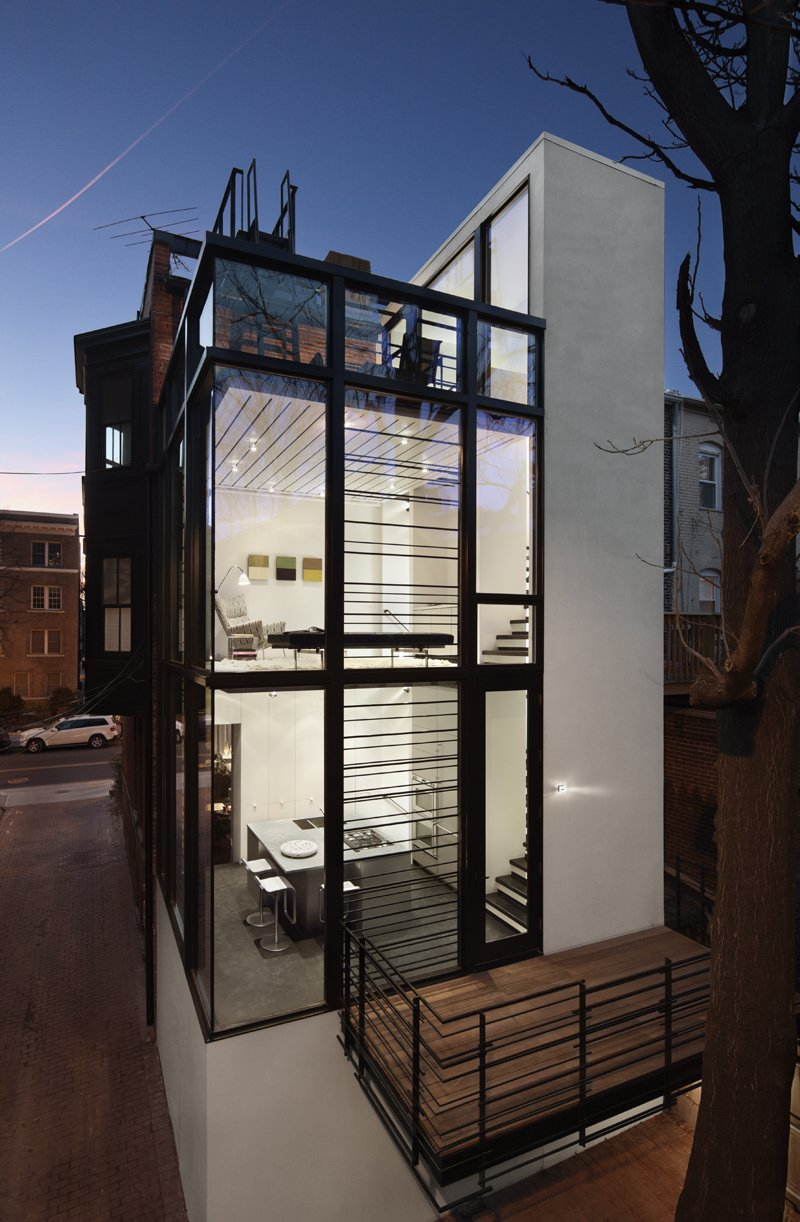 Painéis de vidros destacam o visual do modelo de casa pequena.