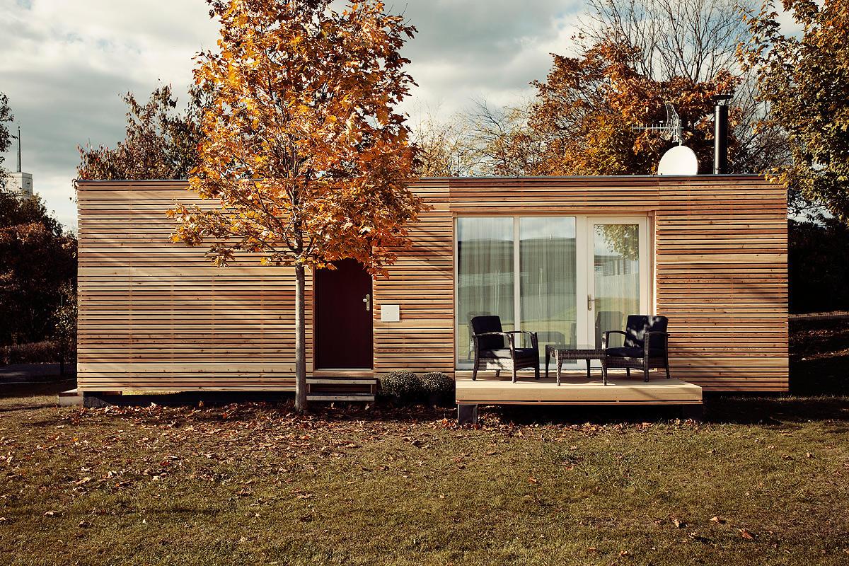 As ripas de madeira valorizam o visual da casa pequena.