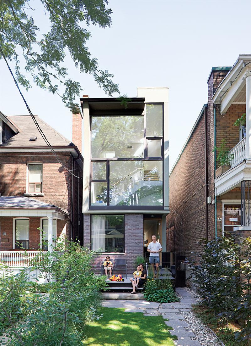 Apesar de um modelo de casa pequena, a construção abusa de materiais nobres e modernos.