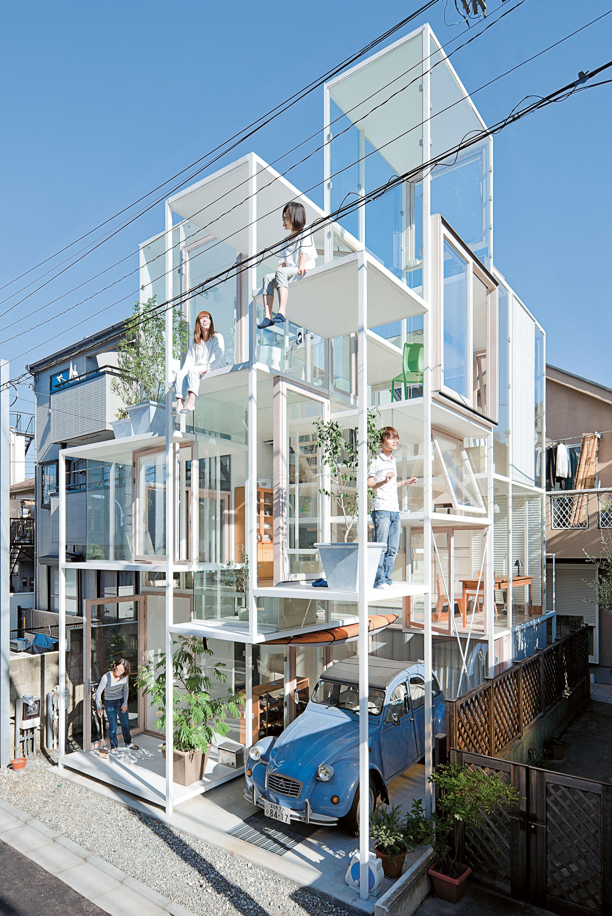 O desenho dos blocos de vidro são propositais para seguir o layout da residência.