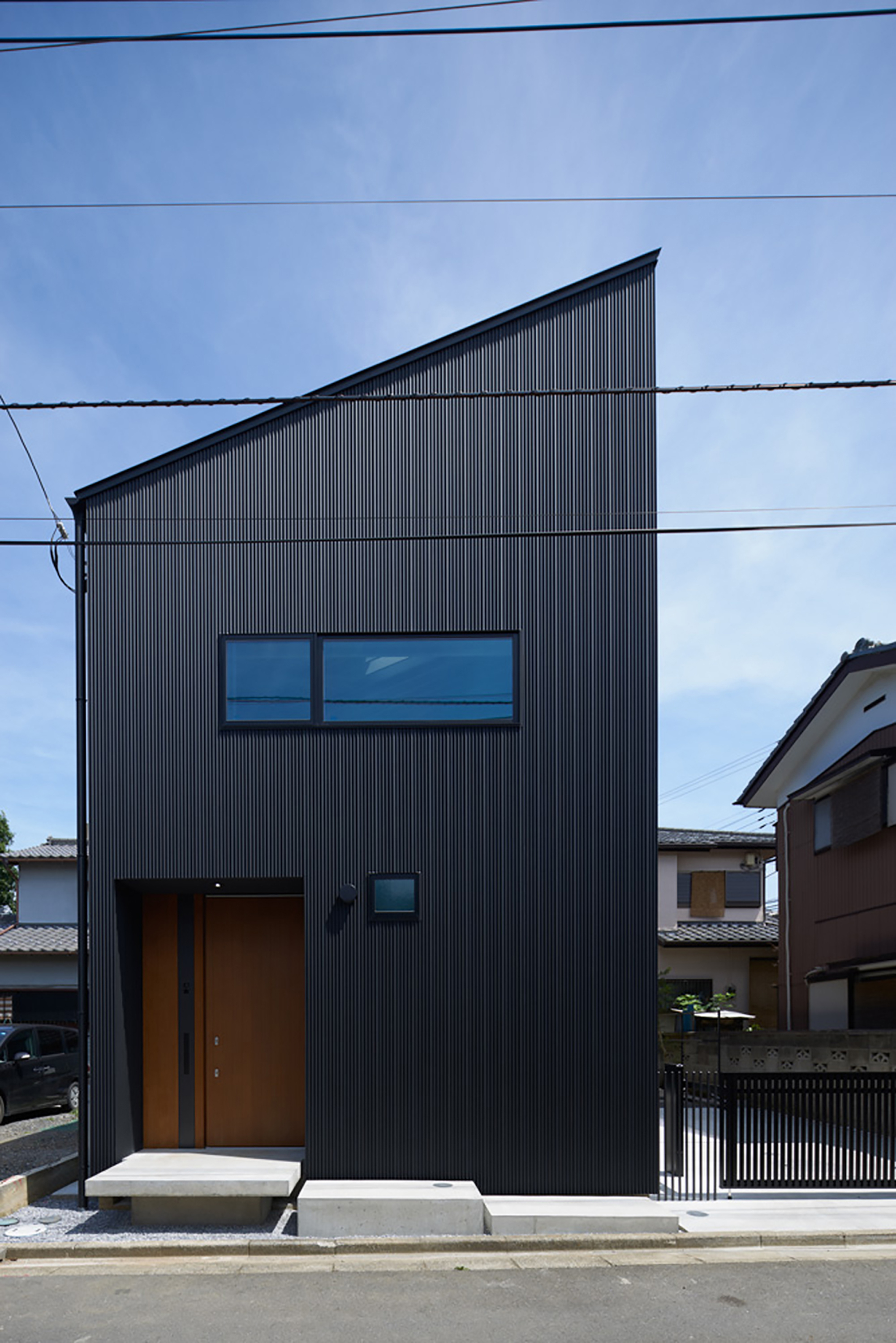A casa com a cobertura em uma água forma o desenho dessa casa.