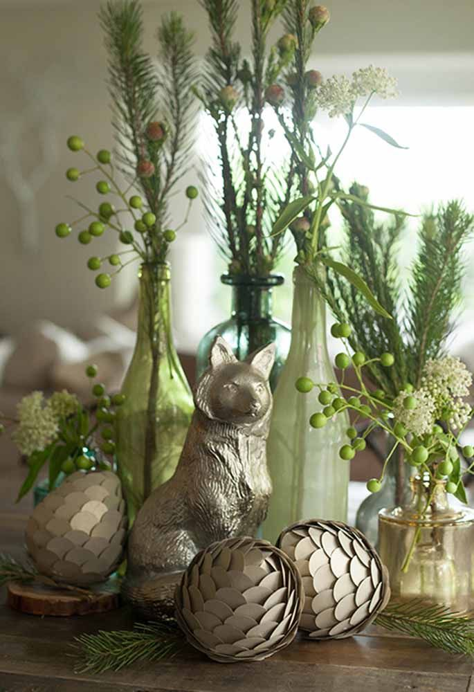 Garrafas e pinhas decoradas