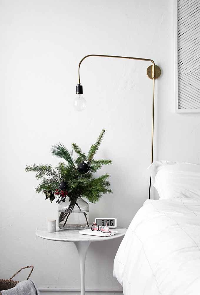 Luminária com formato inusitado na decoração desse quarto