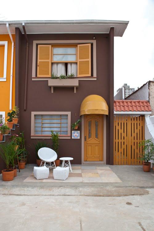 Cores de casas: a fachada marrom com acabamentos em madeira transmitem aconchego