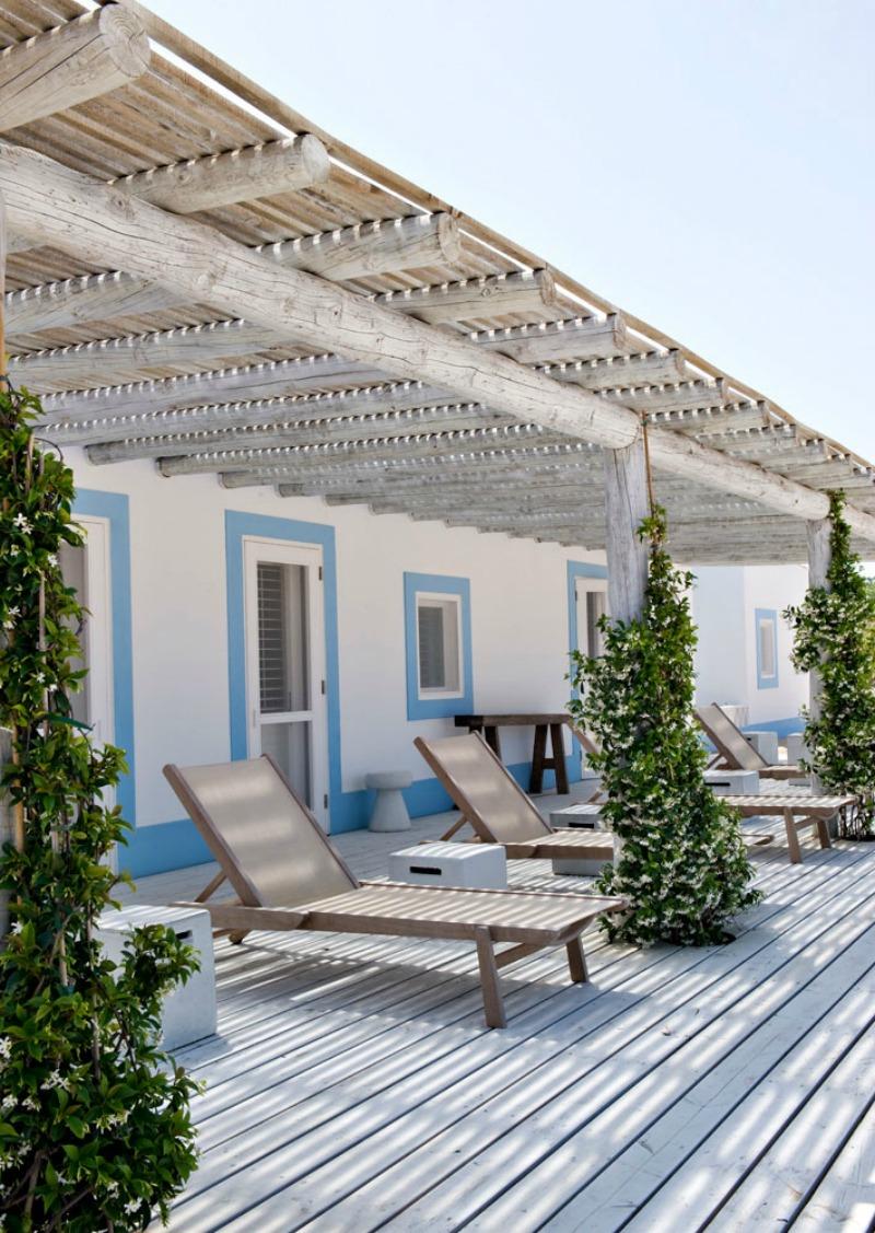 A combinação de materiais e cores, levam todo o ar praiano para essa casa
