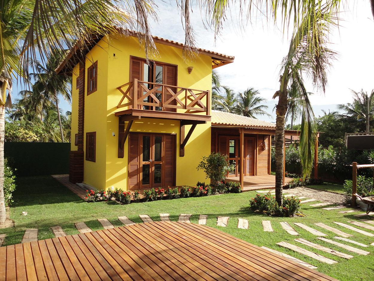 A pintura amarela realça os detalhes em madeira