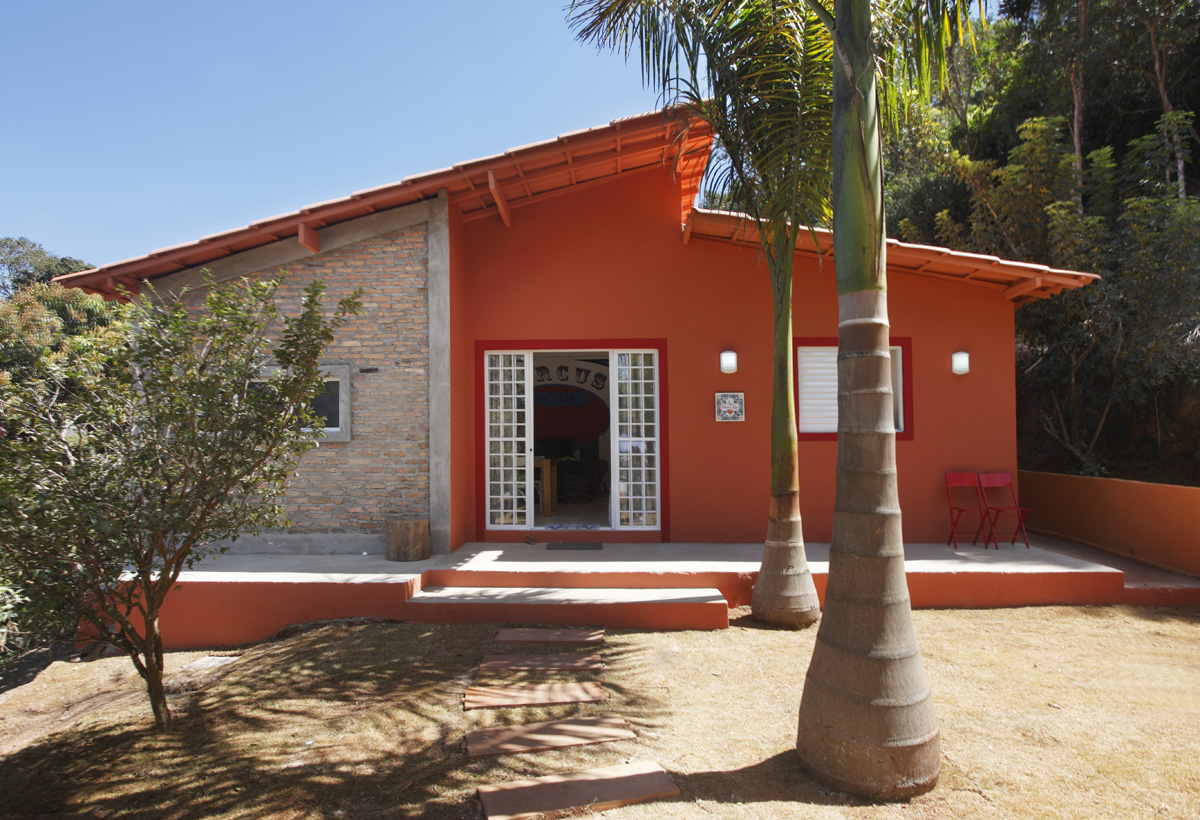Cores de casas: a mistura do tijolo a vista com o laranja é perfeito para essa proposta