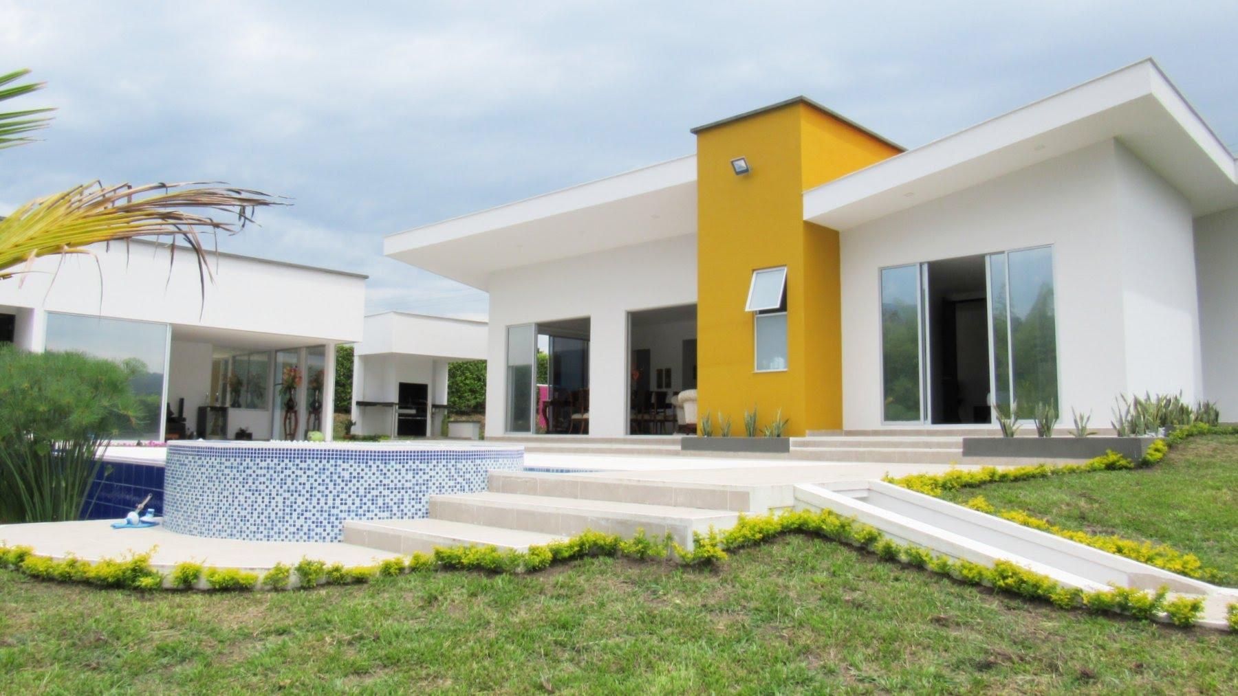 Uma casa branca pode receber algum detalhe para dar mais personalidade