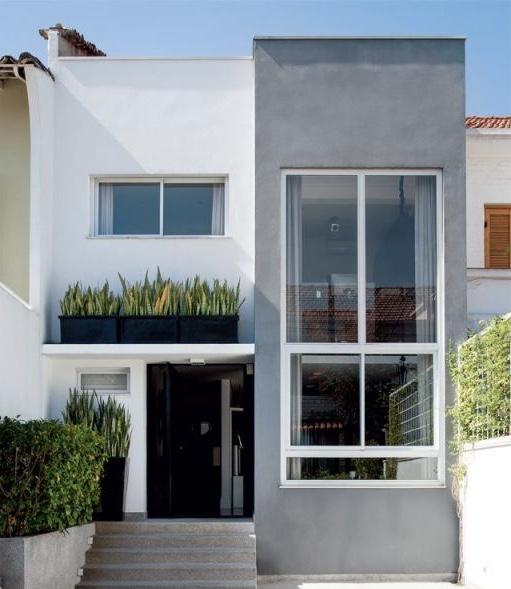 As cores de casas neutras junto com o vidro resultam em uma fachada moderna