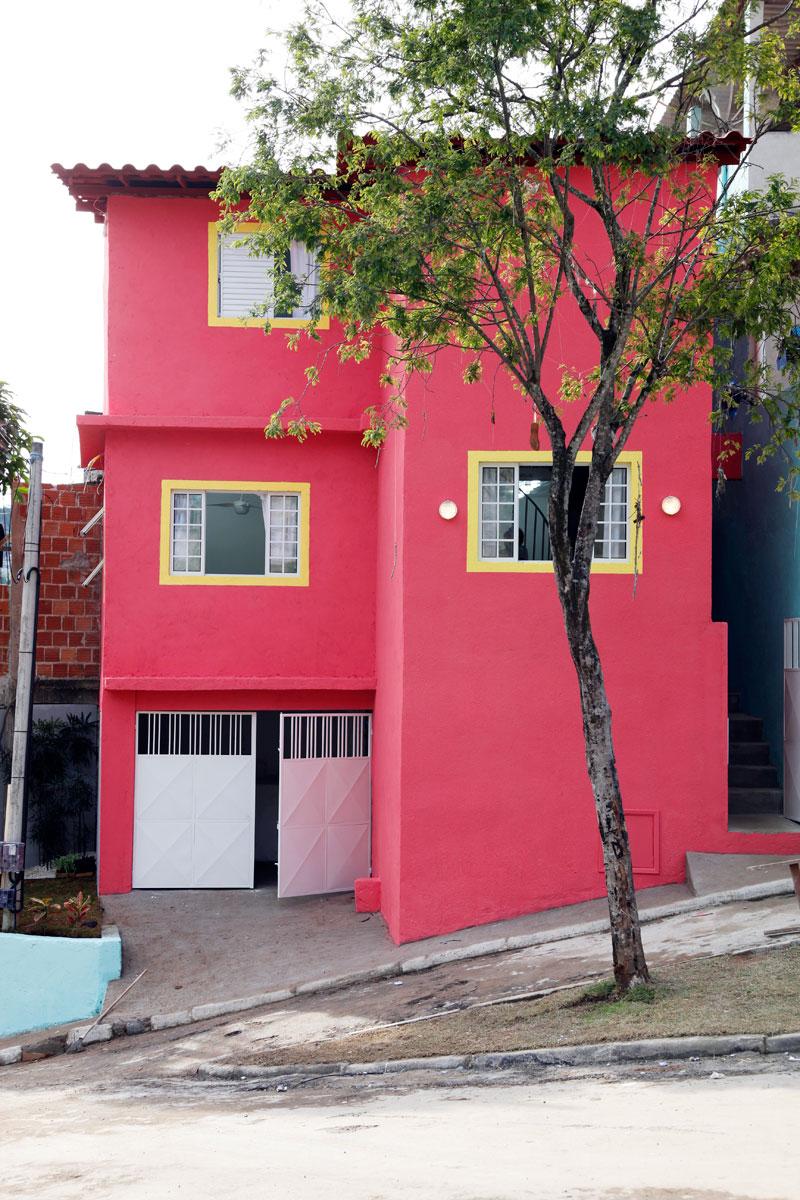 Pinte as molduras das janelas para dar o ar alegre e residencial