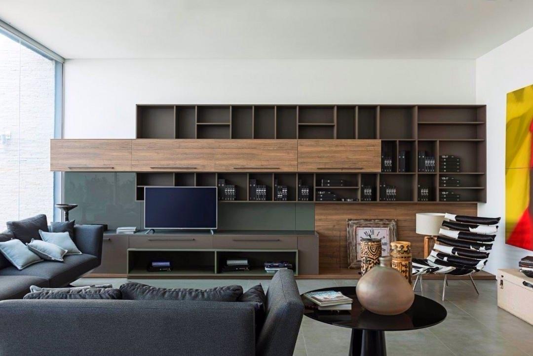 O painel da TV pode vir com diversos compartimentos, fazendo um jogo de volumes e cores