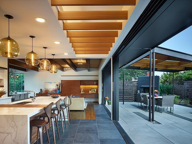 Integre a área externa e a cozinha com a abertura certa no ambiente