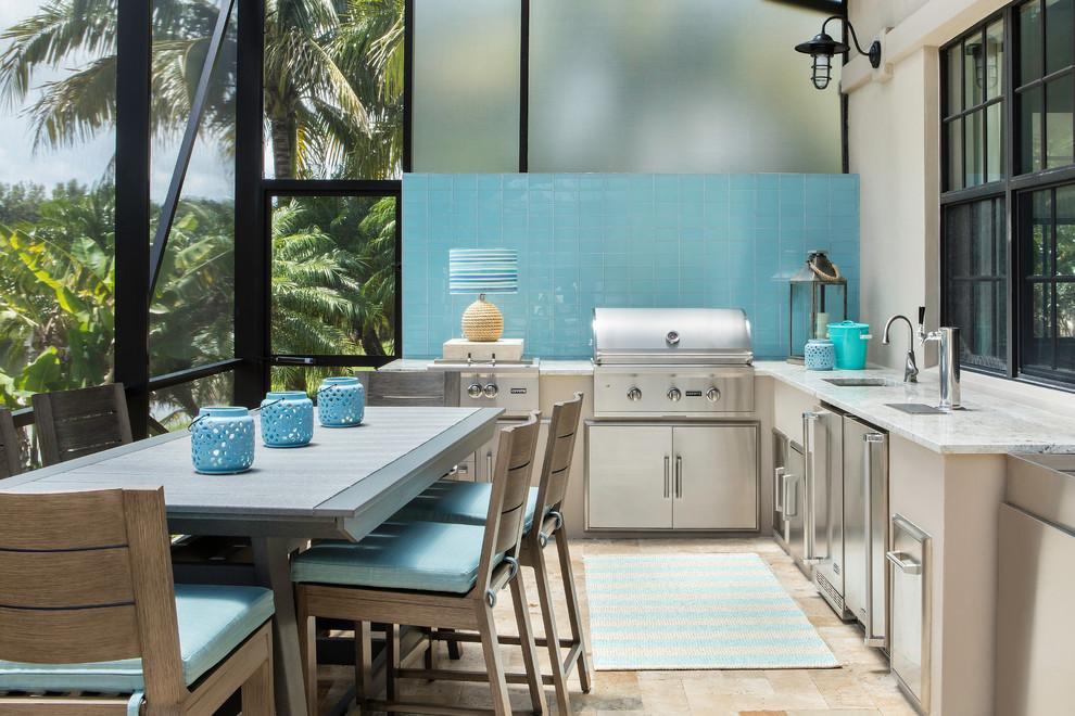Cozinha externa em varanda coberta residencial
