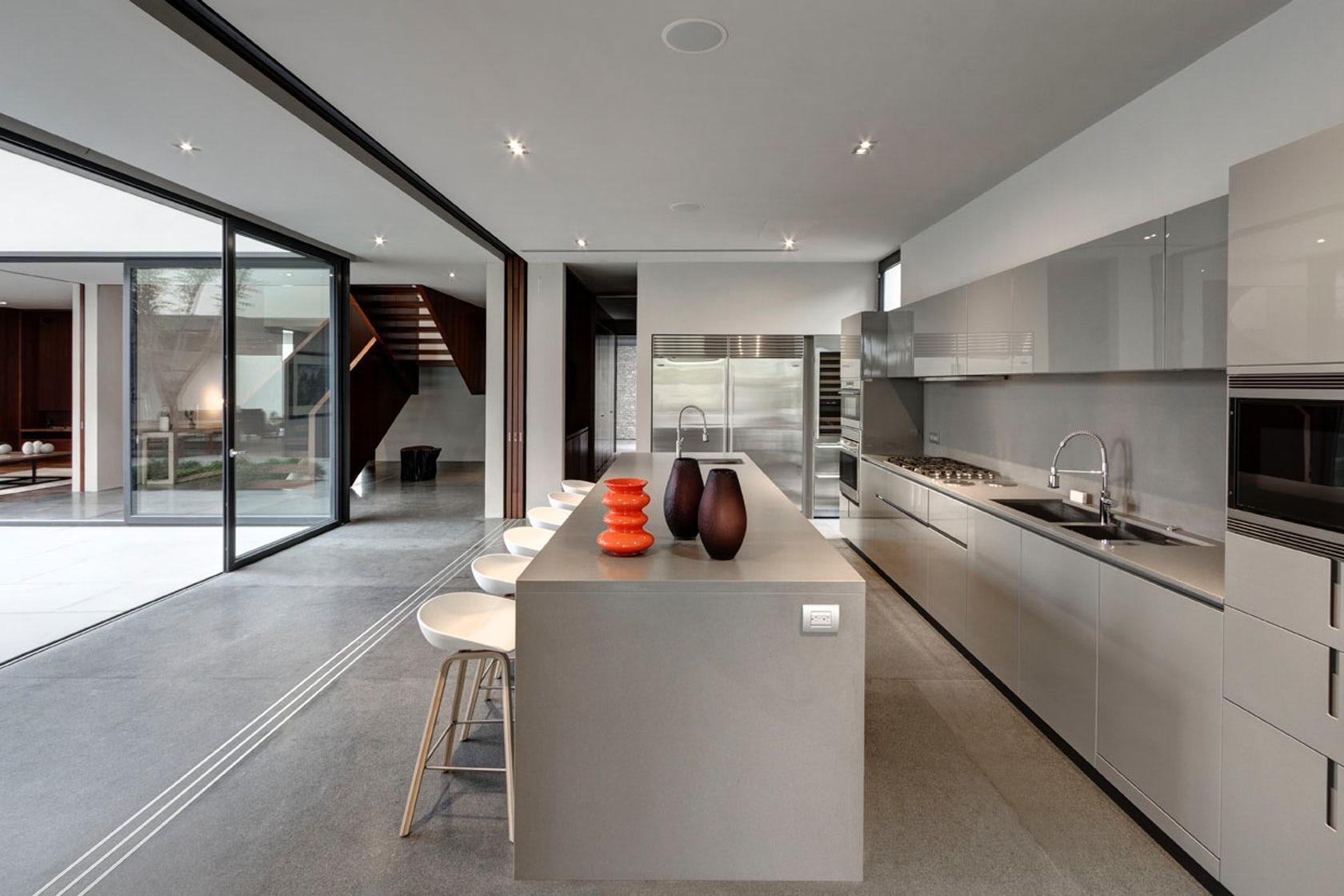 Um espaço de cozinha com acesso a área externa super moderno