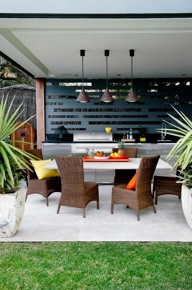 Área externa com mesa de jantar e churrasqueira