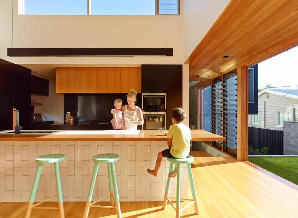 Cozinha residencial com acesso ao jardim externo