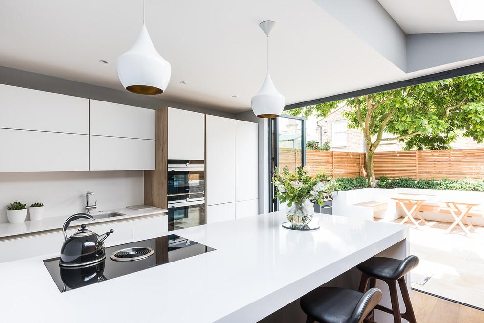 Cozinha minimalista com acesso a área externa
