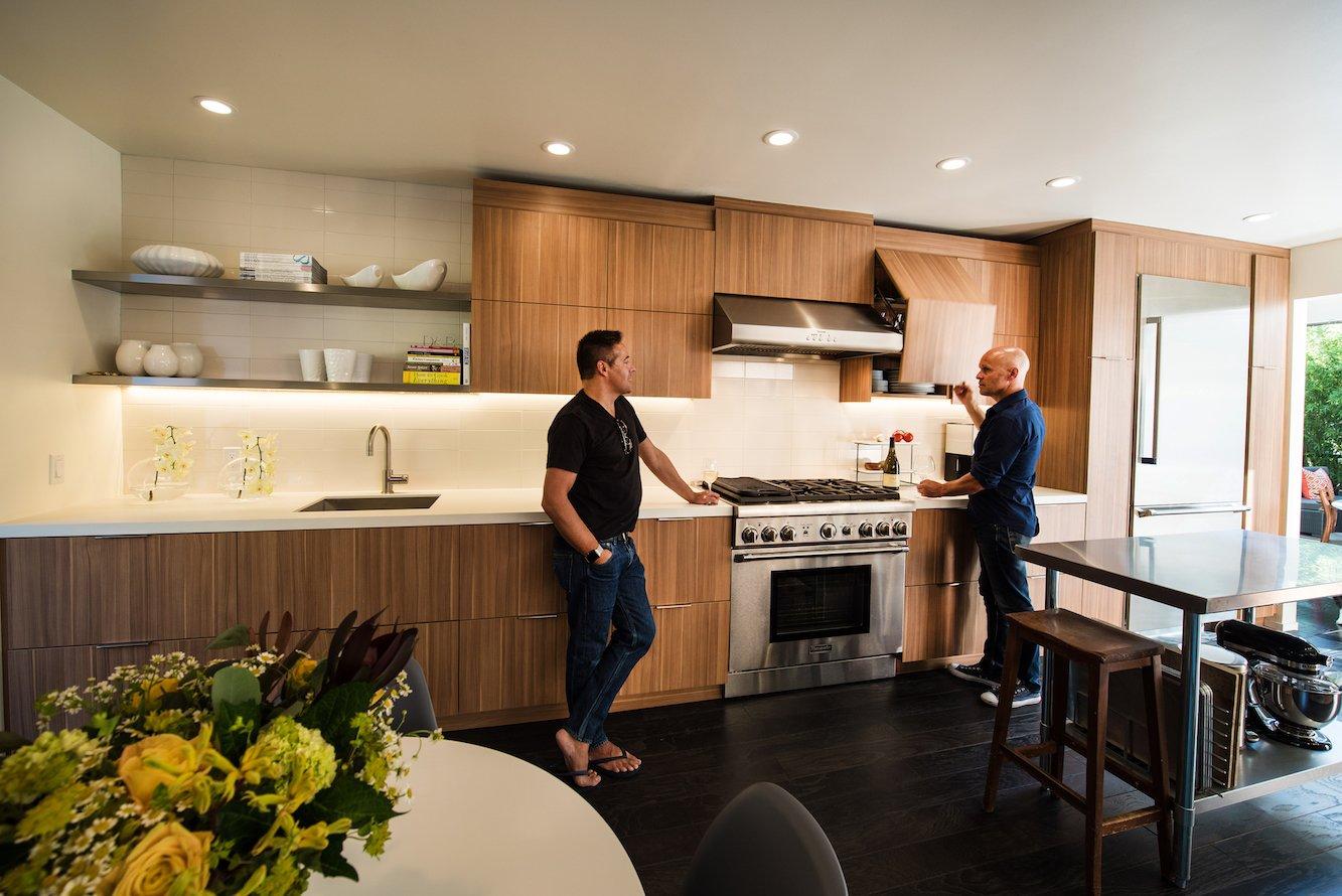 Cozinha com acesso a área externa e armários de madeira