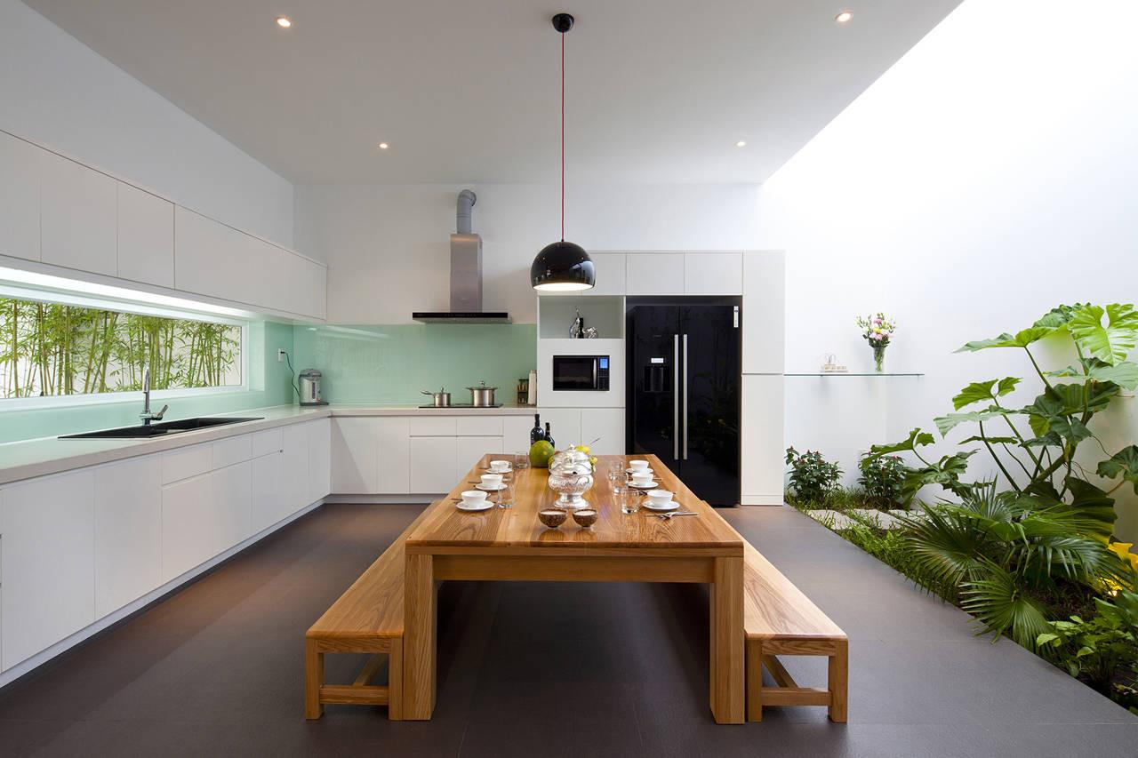 Cozinha externa clean com acesso ao jardim de inverno