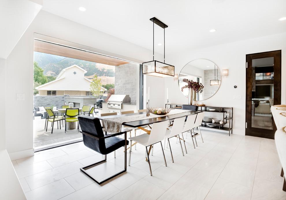 Cozinha com acesso externo e mesa de jantar