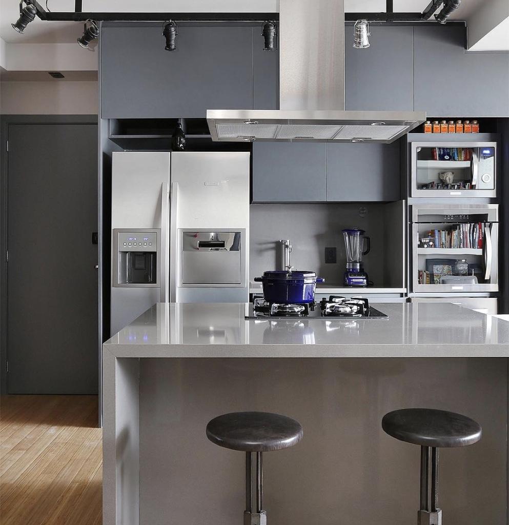 Cozinha americana pequena cinza.